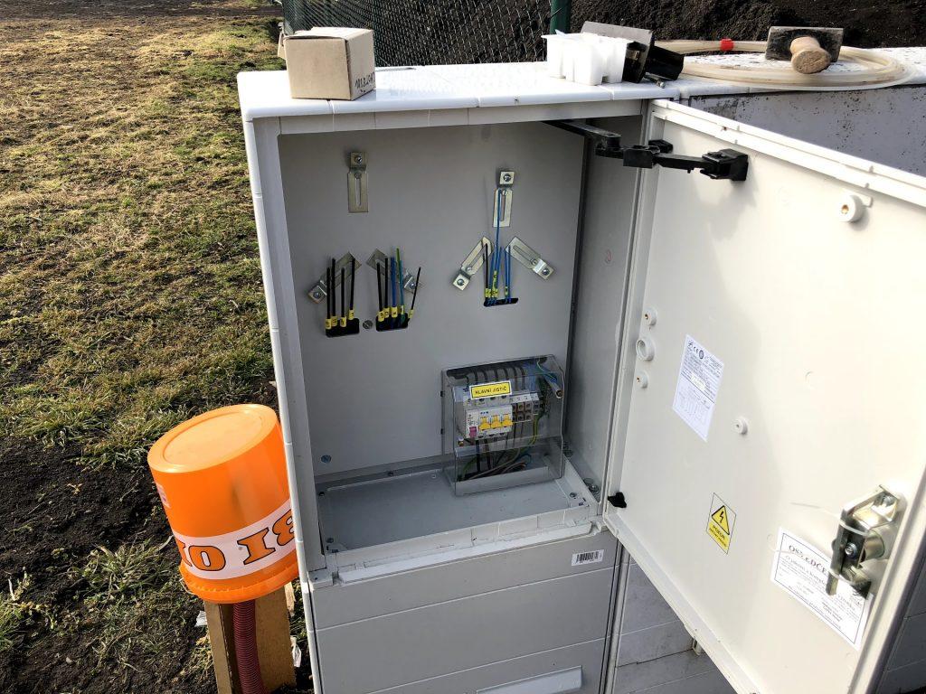 Rozvaděč po instalaci jističe, zásuvky a revizi