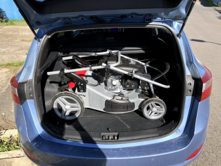Sekačka v kufru auta