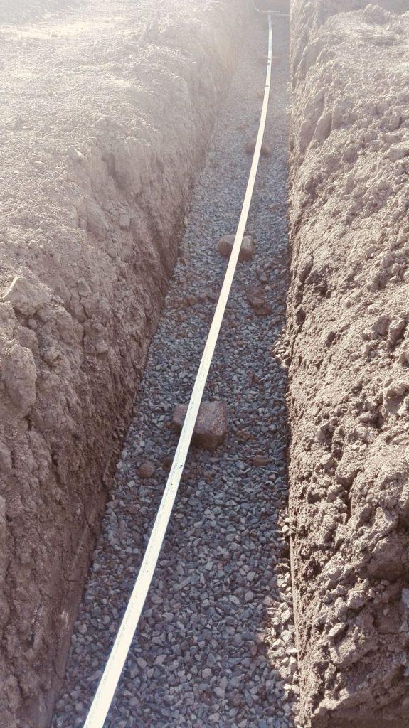 Podepření zemnícího pásku kameny