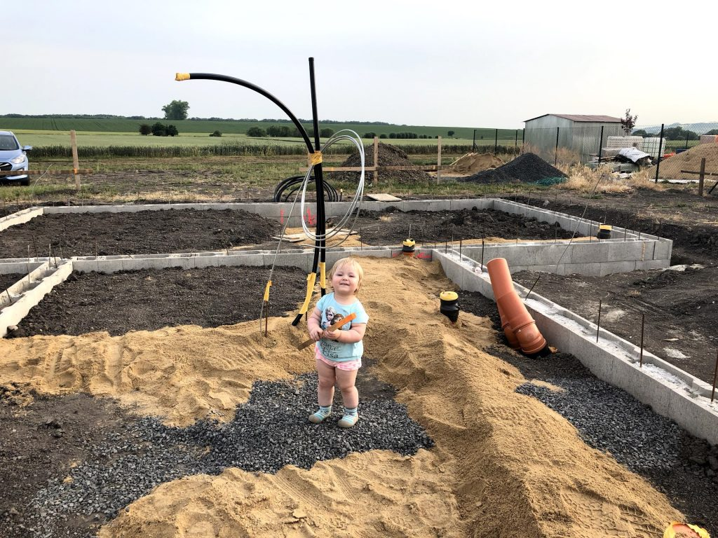 Sofinka pomáhá s kontrolou rozměrů ležaté kanalizace