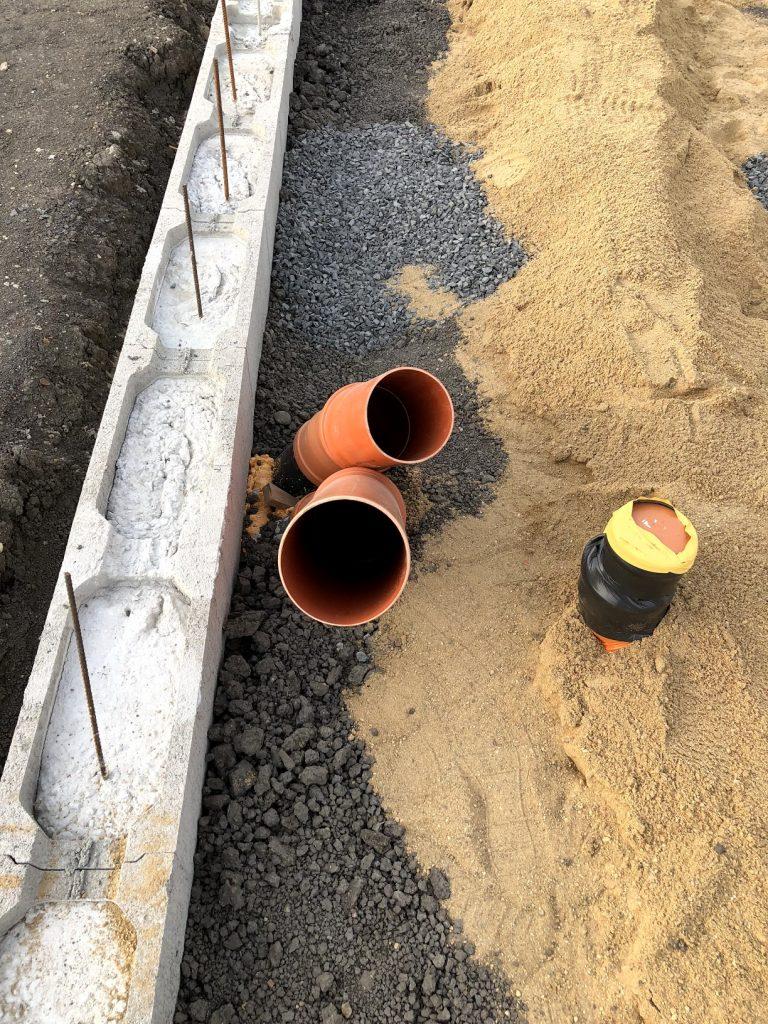 Prostupy pro hadice od zemního kolektoru pro TČ a jeden z prostupů kanalizace